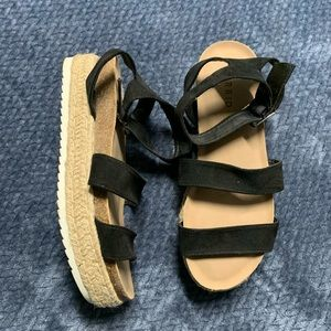 Black elastic upper flat form sandal